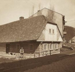 Rodný domek a socha spisovatele Aloise Jiráska